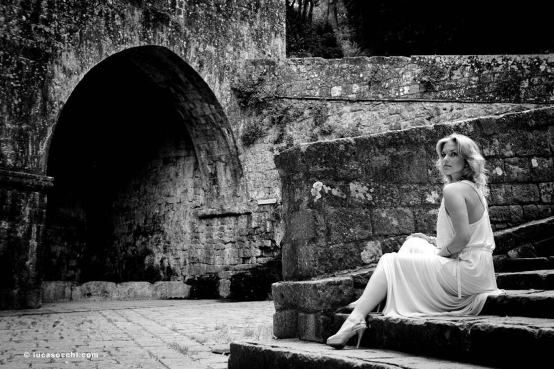 Modella in abito bianco sulle fonti di Docciola Volterra