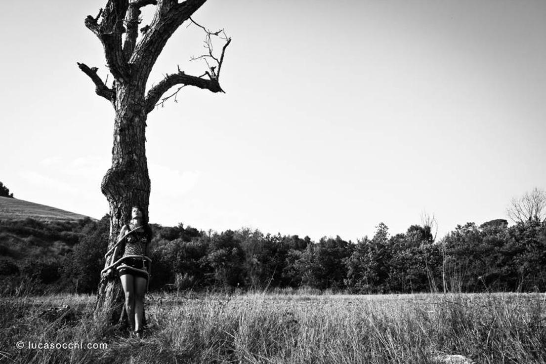 ragazza legata ad albero con canapo