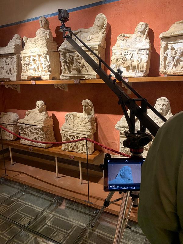 work all'interno del museo con crane
